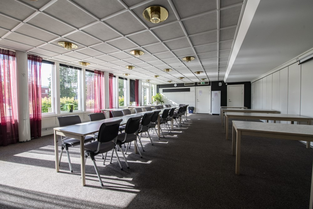 Serveringen på Folketshus Medan långt bord med stolar